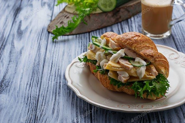 Croissant Sandwich mit Huhn, Käse, Gurke