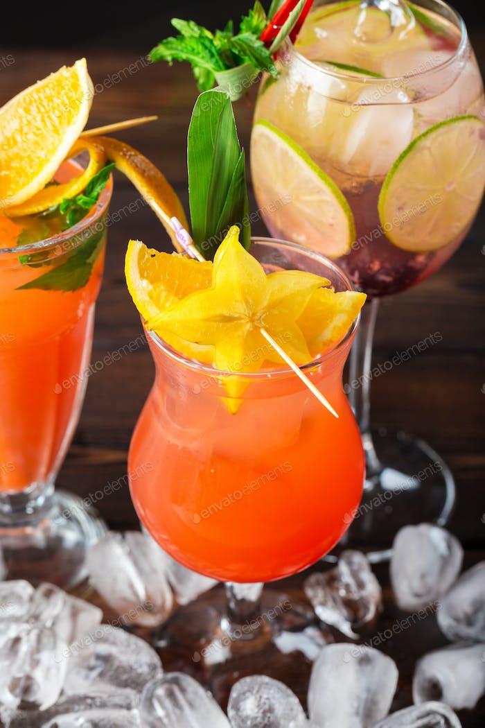 Mehrfarbige Cocktails an der Bar hautnah erschossen