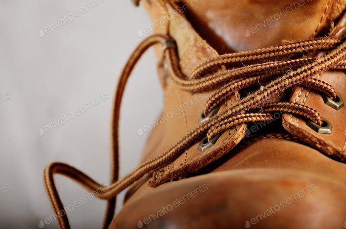 Gelbe Leder gebrauchte Arbeitsstiefel auf Betonuntergrund Nahaufnahme. P