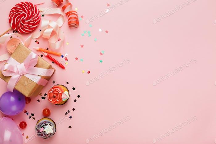 Geburtstagsparty Hintergrund mit Geschenk und Kuchen