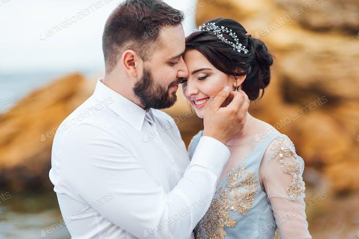 gleiche Paar mit einer Braut in einem blauen Kleid zu Fuß