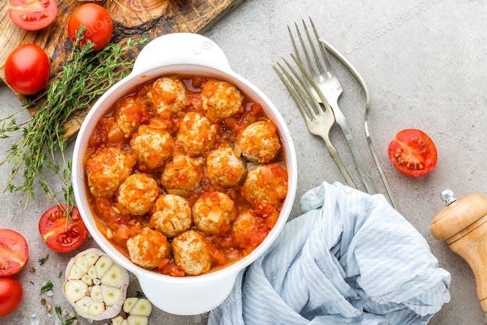 Fleischbällchen in Tomatensauce. Italienische Küche