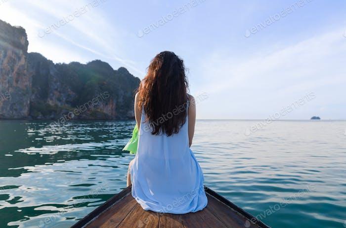 Attraktive Junge Kaukasische Frau Sitzen Auf Boot Zurück Blick, Mädchen Schwimmen Ozean Meer Wasser Urlaub
