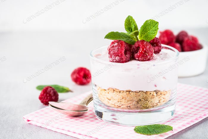 No baked cheesecake with raspberry in glass jar