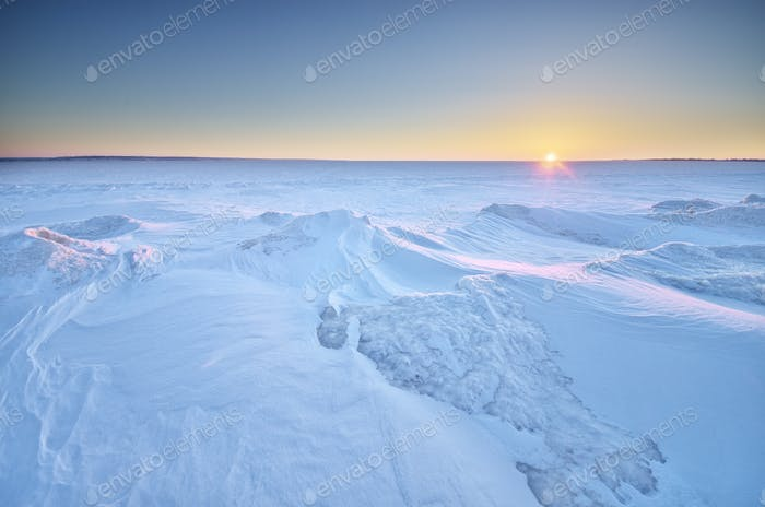Winterlandschaft. Eis auf Wasseroberfläche.
