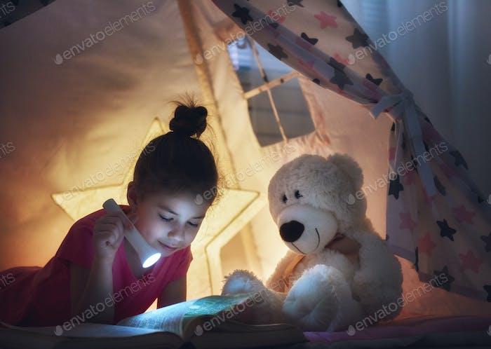 Kind liest ein Buch