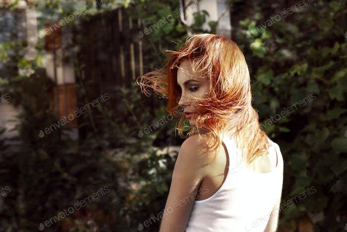 Porträt der jungen Frau im freien