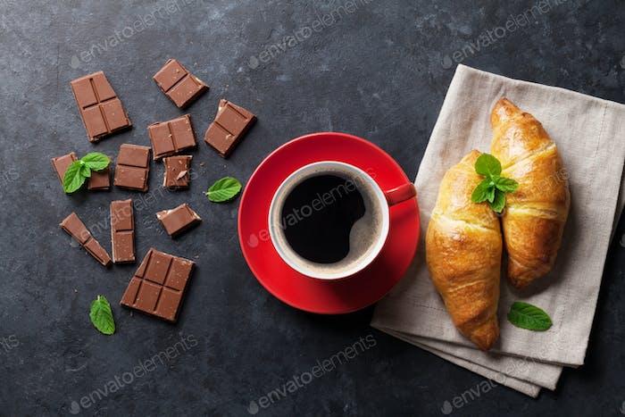 Шоколад, круассаны и кофе