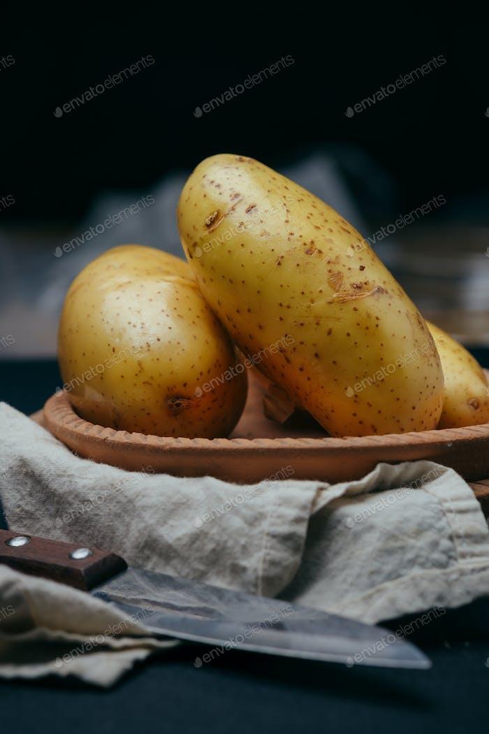 Die Kartoffeln in einer Tonschale