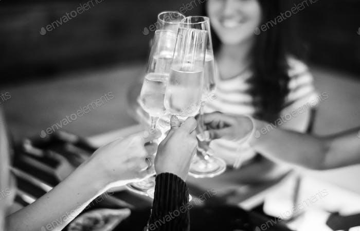Mädchen Freunde Toast beim Abendessen zusammen in einer Bar auf dem Dach