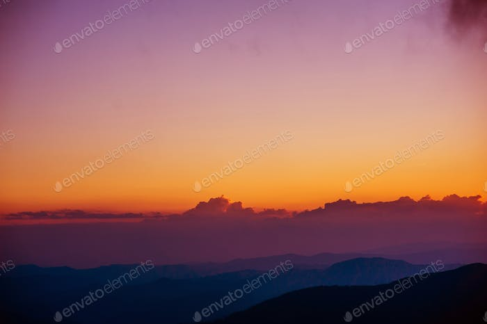 schöner Sonnenuntergang in den Bergen