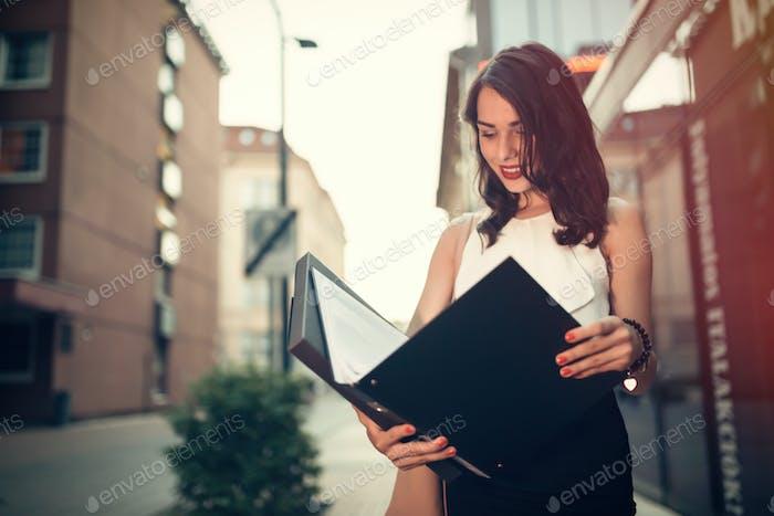 Geschäftsfrau Lesen außerhalb