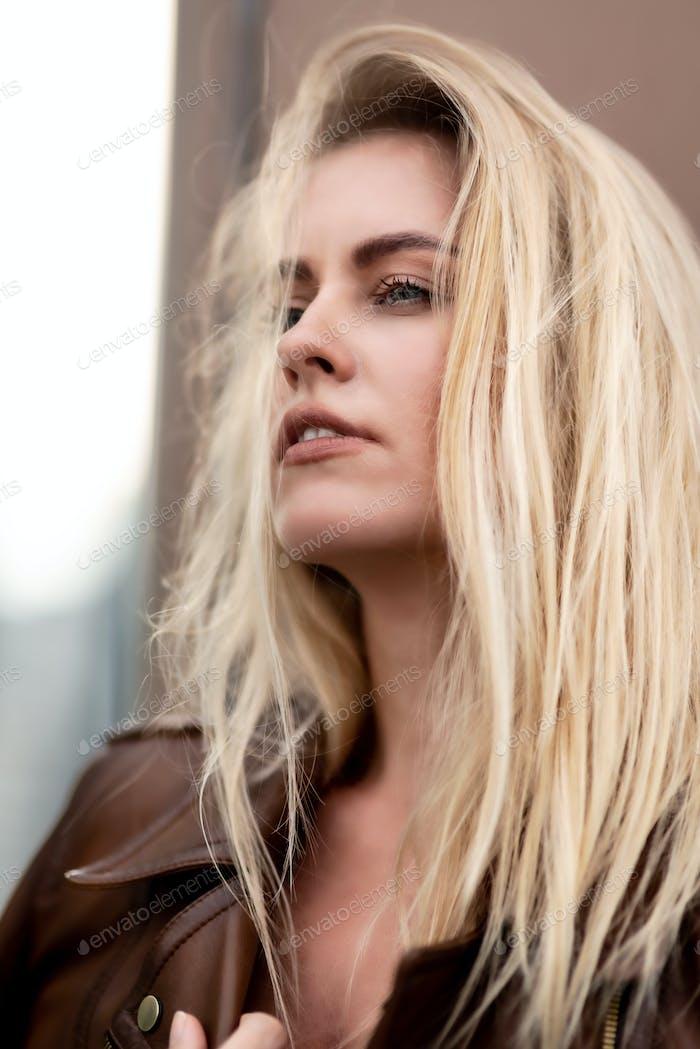 Irgendwo tief drin. Blondes Mädchen posiert für Modellportfolio