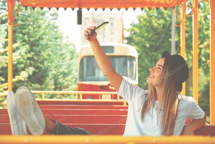 Une jolie fille prend des photos pour son blog tout en voyageant