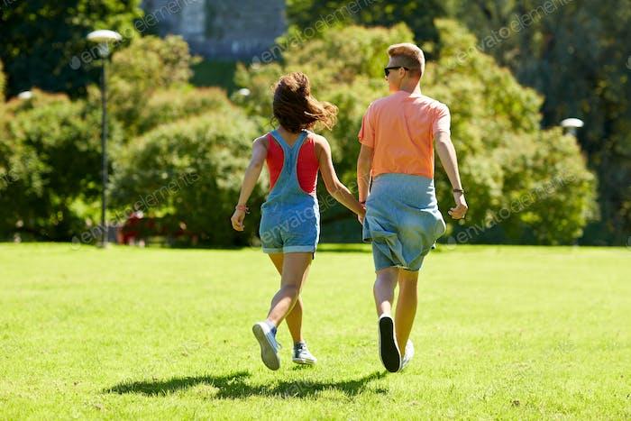 glücklich teenager-paar zu Fuß bei Sommer park