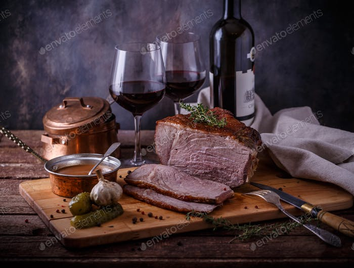 Roastbeef und Rotwein, dunkel Foto