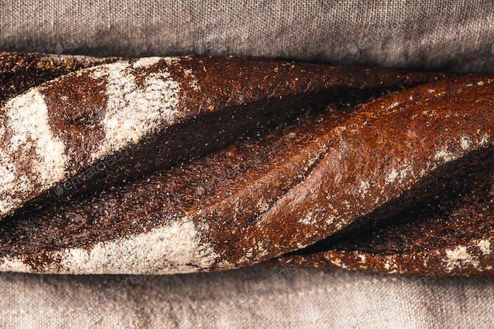 Baguette auf der grauen Serviette Nahaufnahme