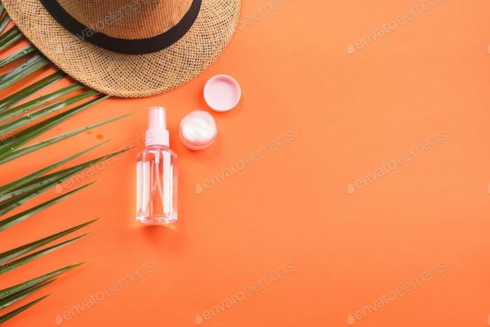 Sonnenschutzkonzept mit Spray und Creme