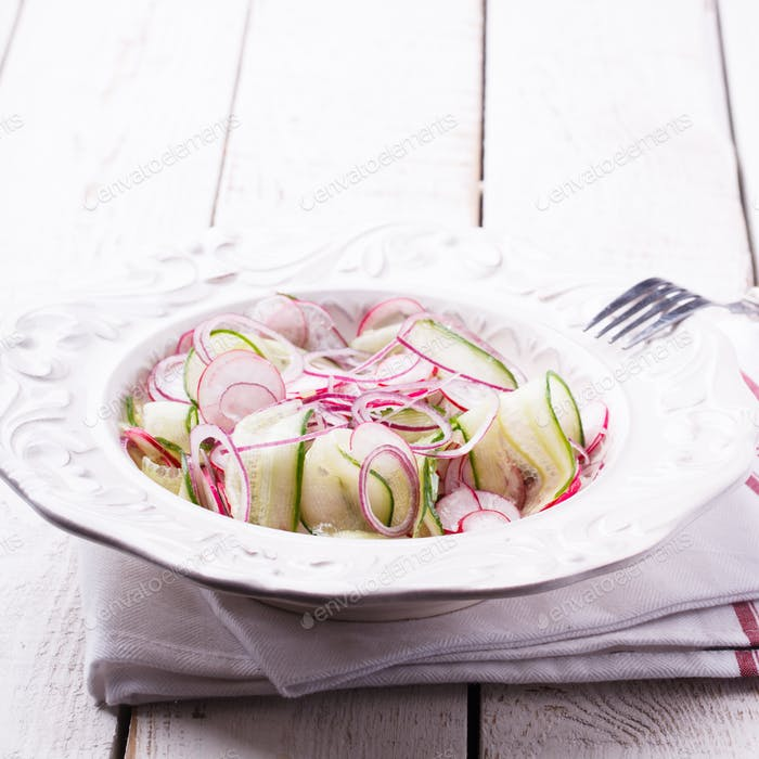Salat mit Gurke, Radieschen