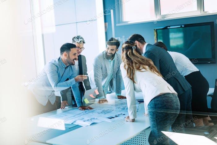 Colaboración y análisis por parte Negocios que Trabajo en la oficina