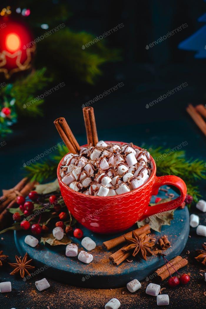 Weihnachts-heiße Schokolade mit Marshmallows, Schokoladenkrümel und Sirup. Große Kaffeetasse mit