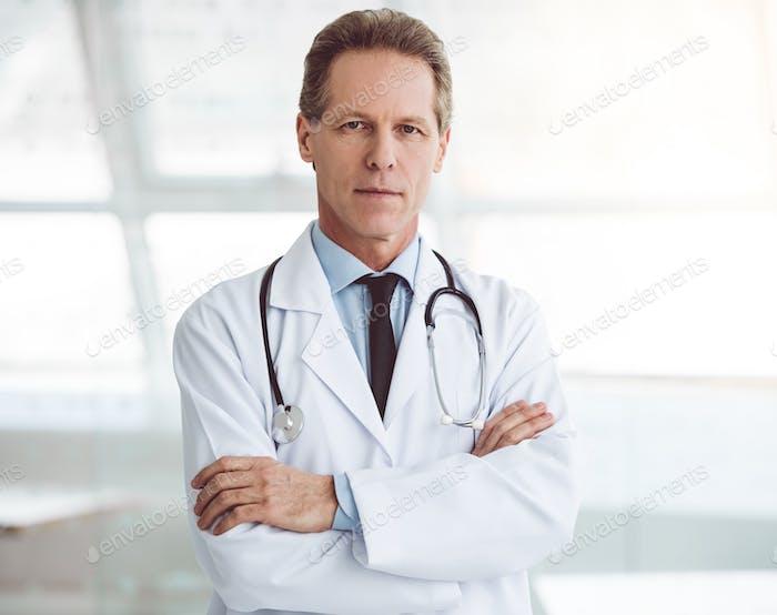 Apuesto médico maduro