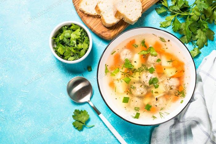 Fleischbällchen Suppe mit Gemüse Draufsicht