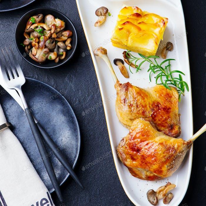 Duck Legs Confit mit Kartoffelgratin und Pilzsauce. Ansicht von oben