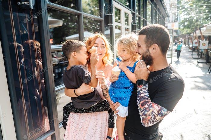 schöne junge Familie mit Eis