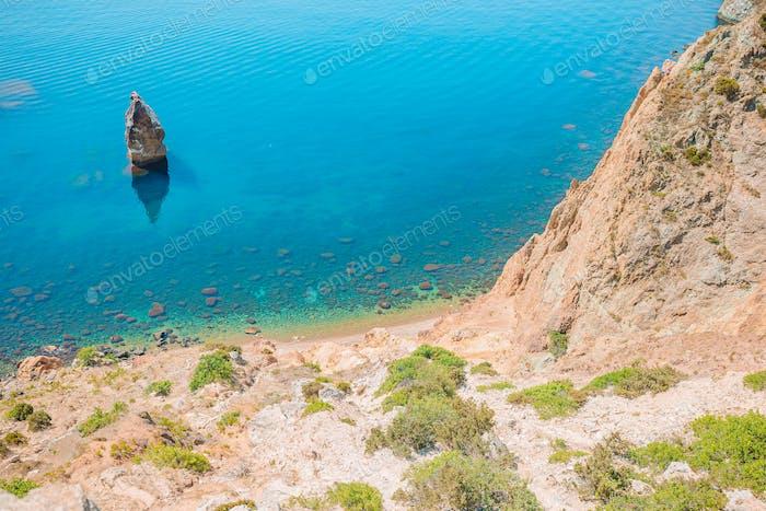 Wunderschöne Seelandschaft. Erstaunliche Zusammensetzung der Natur mit Bergen und Klippen