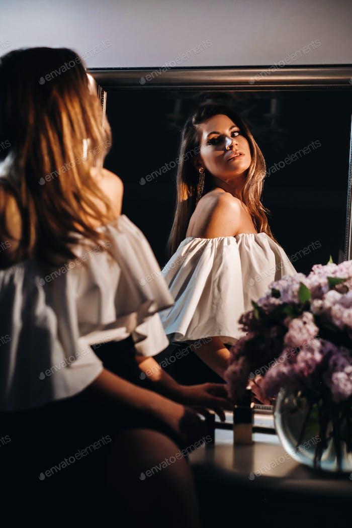 Schönes Mädchen im Spiegel Reflexion zu Hause. Mädchen vor dem Urlaub in der Nähe des Hauses Spiegel.Ein Mädchen