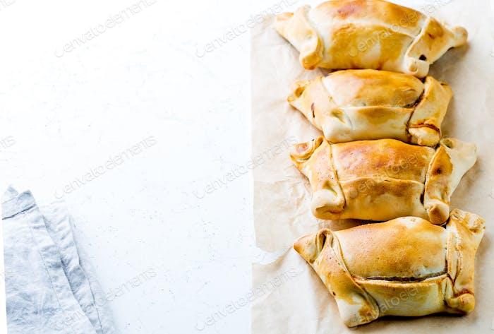 Chilenische Empanadas de pino. Empanadas auf weißem Hintergrund.