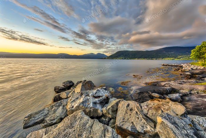 Felsige Küste am Romsdalsfjord