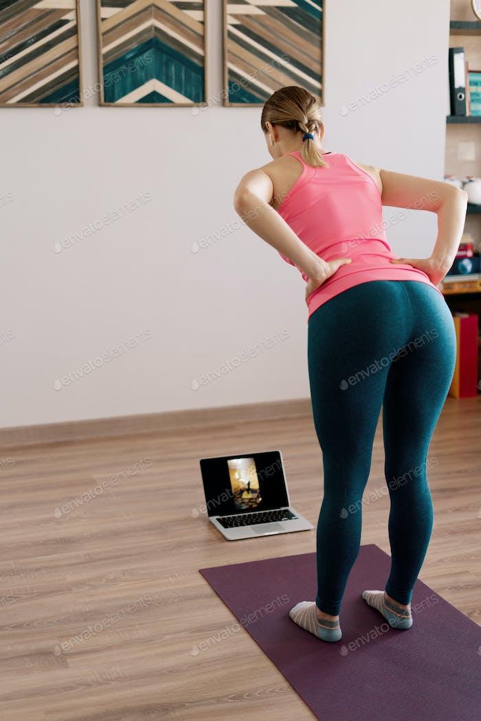 Kaukasische Frau praktiziert Yoga zu Hause
