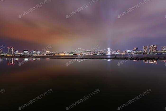 Nachtblick auf Tokyo Skyline vom Harumi Wharf Park