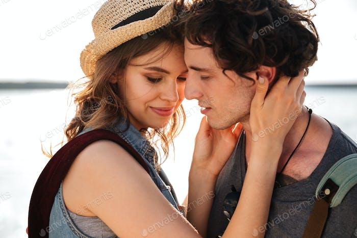 Zarte sinnliche junge Paar stehend und umarmen im freien