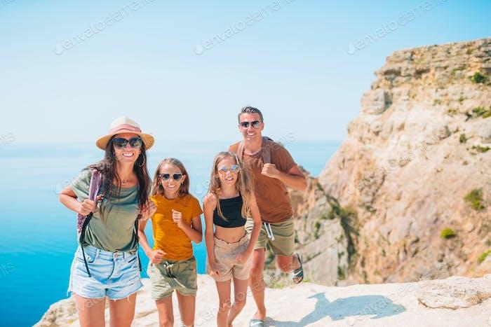 Glückliche Familie im Urlaub in den Bergen