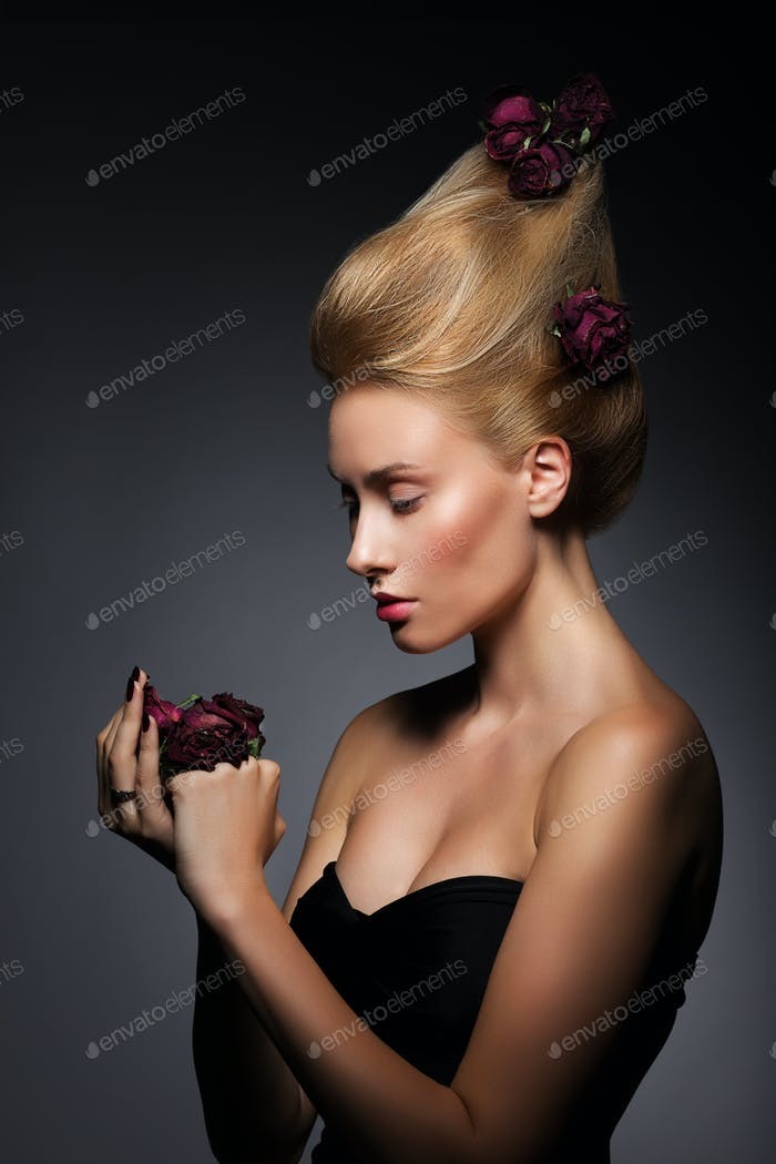 Faszination Frau mit lila Rosen