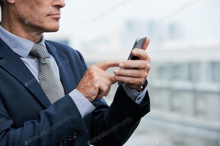 Geschäftsmann mit mobiler app