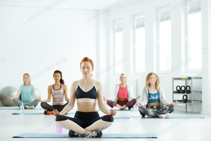 Frauen auf Yoga