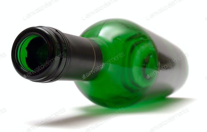 Leere Weinflasche isoliert auf weißem Hintergrund