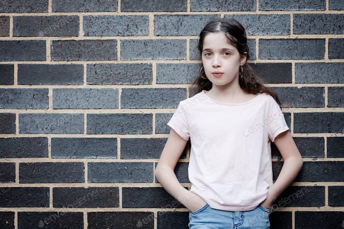 Placeit - Mädchen posiert draußen auf der Straße