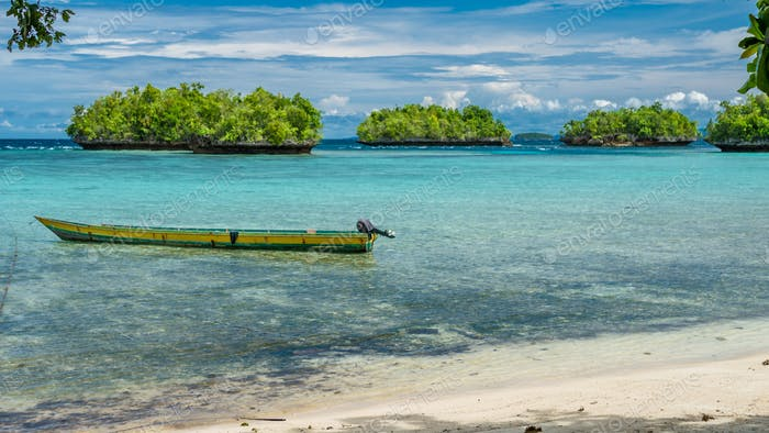Papúa Local Barco, Hermosa Lagoone Azul cerca de Kordiris Homestay, Pequeña Isla Verde en Fondo