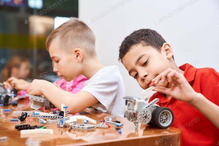 Kinder erstellen Spielzeug mit Bausatz