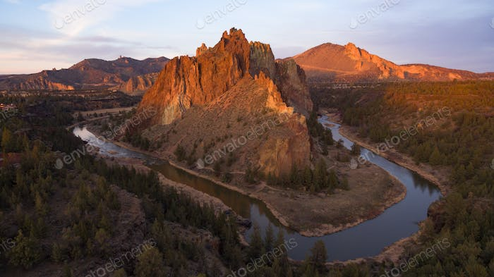 Vista Aéreo Smith Rock Tuft y Basalto acantilados Crooked River Sunset