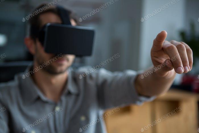 Mann mit Virtual Reality Headset