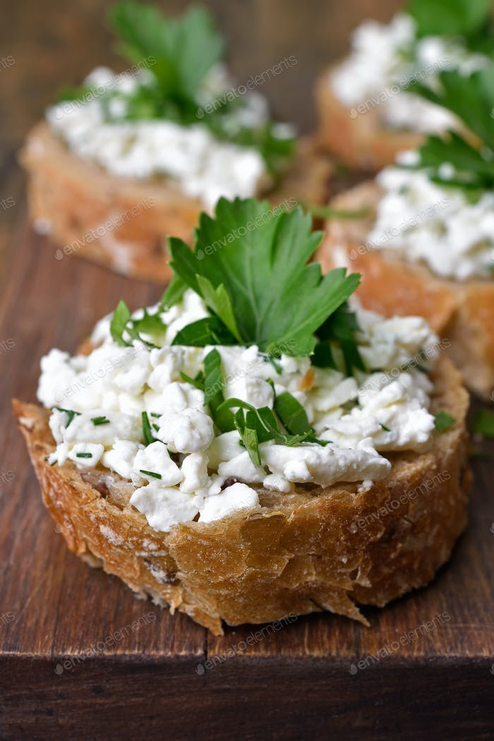 Sandwich with wholegrain bread, curd cheese and dill