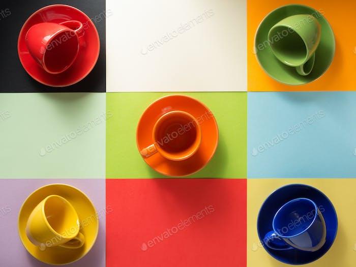 Tasse und Untertasse auf abstraktem Hintergrund