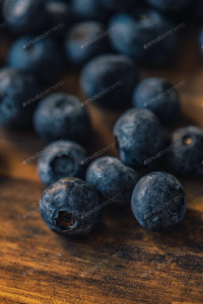 Frische Blaubeeren auf Holztisch