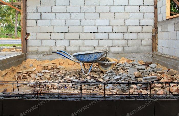 vieja carretilla oxidada en el sitio de Construcción